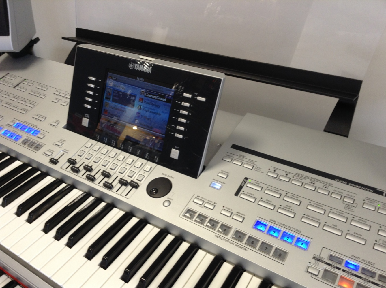 USED Yamaha Tyros 4 Keyboard with MS04 Speakers  Superb