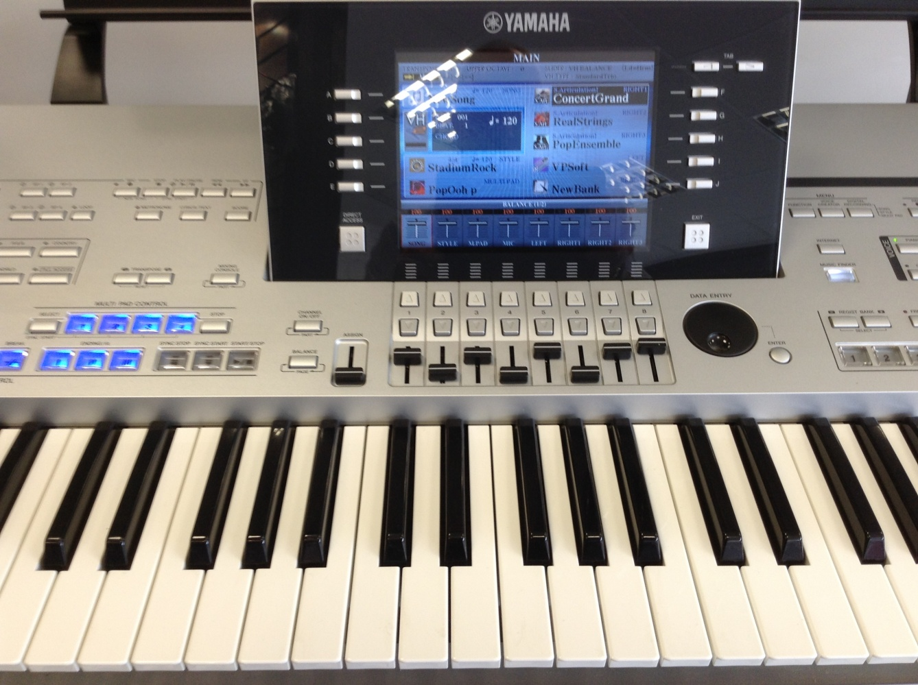 used yamaha tyros 4 keyboard with ms04 speakers superb. Black Bedroom Furniture Sets. Home Design Ideas